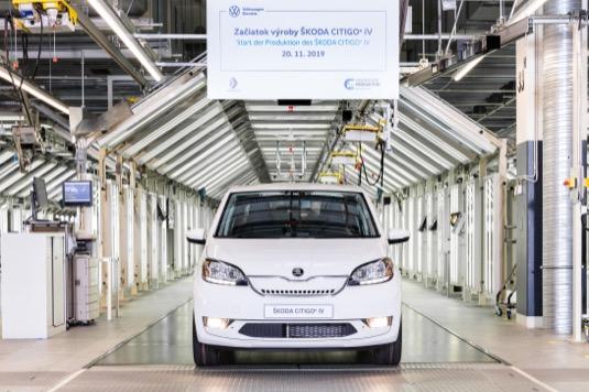 CITIGOe iV je prvním modelem značky ŠKODA s čistě bateriovým<br /> elektrickým pohonem. Lithium-iontová baterie o kapacitě 32,2 kWh napájí motor o výkonu 61 kW.