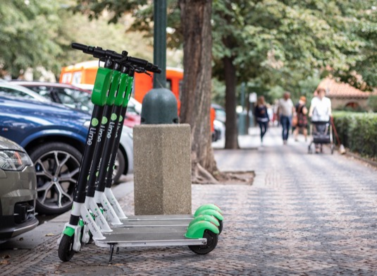Firma tak chce přispět k rozvoji cyklistické infrastruktury pro jízdu i parkování a zároveň ukázat, že má zájem být městu dlouhodobým a důvěryhodným partnerem. Aktuální předpisy žádnou platbu nepožadují. Bikesharingové služby, jako je Lime, jsou totiž dle platných pravidel z povinnosti platit za zábor veřejného prostoru vyňaty.