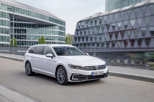 Volkswagen Passat GTE plug-in hybrid (s externě nabíjitelným hybridním pohonem) lze pořídit již od 1 126 900 Kč, a to ve variantách kombi a sedan.