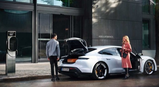 auto elektromobil Porsche Taycan Destination Charging