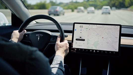 auto elektromobil Tesla Model 3 displej software