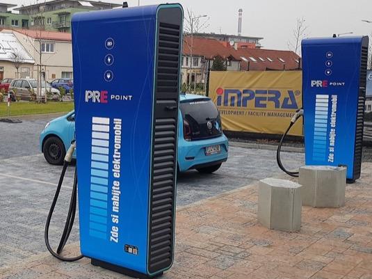 Nabíjecí stanice u obchodního centra Lidl v pražských Čakovicích