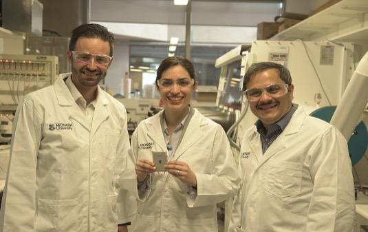 Docent Matthew Hill, Dr. Mahdokht Shaibani a profesor Mainak Majumder se svým novým bateriovým článkem Li-S.
