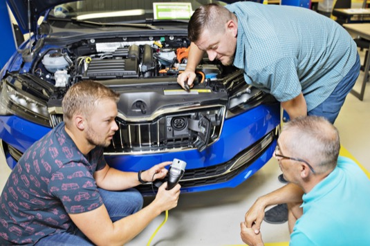 Cílená školení na téma elektromobilita probíhají od roku 2016. Speciální program Škoda Akademie absolvovalo už zhruba 12 000 zaměstnanců.