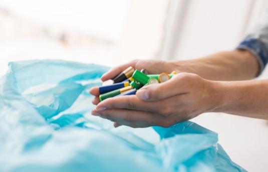 Díky recyklaci lze negativní dopad vyhozených baterií a akumulátoru na přírodu i nás samotné významně mírnit. Víte, že v Evropě již dokážeme v průměru recyklovat skoro polovinu všech vysloužilých baterií? V následujícím článku vás seznámíme s pěti zajímavými fakty spojenými s bateriemi či jejich recyklací.<br />
