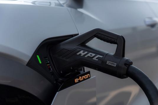 Řidiči elektromobilů Audi přitom profitují z vysoké rychlosti nabíjení, protože nabíjecí výkon až 150 kW je využíván v širokém rozsahu nabíjecího procesu, a to díky sofistikovanému systému řízení provozní teploty lithium-iontových akumulátorů.