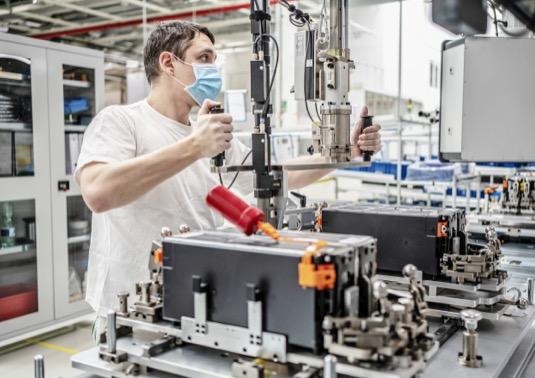 V hlavním výrobním závodě společnosti ŠKODA AUTO v Mladé Boleslavi se rozjela také montáž vysokonapěťových trakčních baterií pro plug-in-hybridní koncernové modely tak, jak bylo plánováno. Nejvyšší prioritu má striktní dodržování více než 80 patření pro ochranu zdraví na pracovišti, kterými automobilka zajistí maximální možnou ochranu před nákazou koronavirem ve svých závodech a kancelářských budovách.