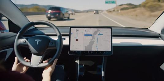 Systém Tesla Autopilot se stal standardní výbavou každého elektromobilu Tesla. K němu lze ovšem navíc dokoupit ještě dokoupit také Full Self-Driving balíček, určený pro budoucí plně robotické řízení.
