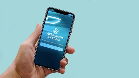 Nová mobilní aplikace Volkswagen EV Check zjistí připravenost uživatele na elektromobilitu. Nabízí také přehledné porovnání reálného provozu konvenčních modelů a elektromobilů.