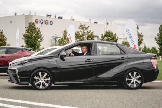 Ministr Havlíček si při návštěvě v Kolíně vodíkovou Toyotu Mirai osobně vyzkoušel, stejně jako vozy na hybridní pohon.