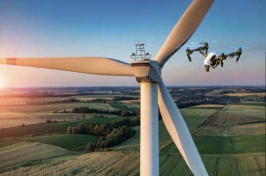 Drony pomáhají i v případě alternativních energetických zdrojů – kontrolují stav solárních panelů a lopatek větrných elektráren.