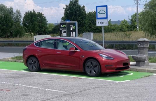 Elektromobil Tesla Model 3 u nabíjecí stanice v Chorvatsku