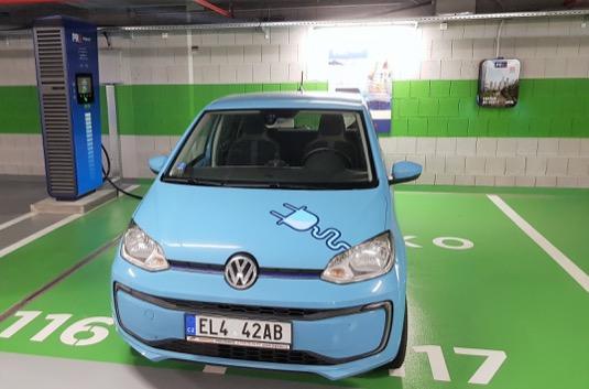 Čtyři nabíjecí stanice v OC Stromovka v Praze na Letné o výkonu 75 kW jsou první svého druhu v síti PREpoint.