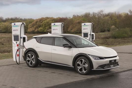 Kia investuje do společnosti IONITY s cílem zajistit vysokovýkonné nabíjení elektromobilů. Slibuje nižší zákaznické sazby za kWh.