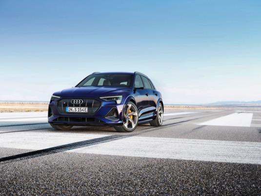 Pohon se třemi elektromotory mobilizuje výkon až 370 kW a točivý moment až 973 N.m. Nová generace elektrického pohonu quattro s variabilním rozdělováním točivého momentu mezi jednotlivá kola.