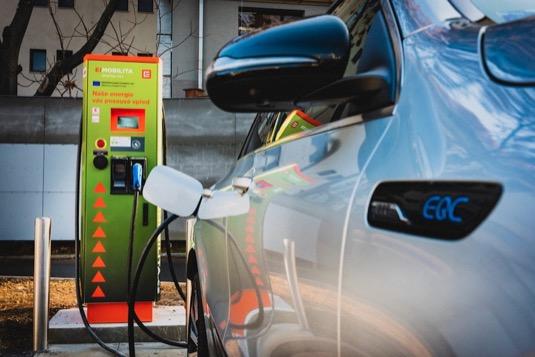 Nejčastěji řidiči elektromobilů doplňovali baterie svých vozů v Praze-Holešovicích a Karlíně, v Olomouci a ve Vestci. Skupina ČEZ aktuálně v ČR provozuje více než 190 veřejných dobíjecích stanic, z toho je 130 rychlodobíjecích. Infrastruktura vzniká i díky evropskému grantu z programu Connecting Europe Facility (CEF).