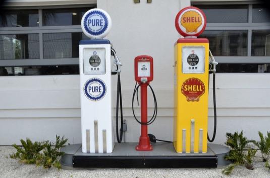 Výdejní stojany fosilních paliv by se mohly časem stát minulostí - nahradily by je výdejní stojany elektrolytu.