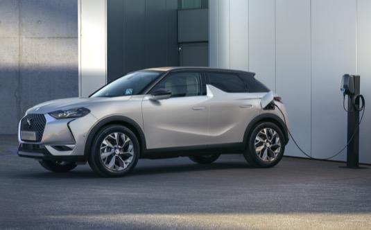 Bezemisní čistý elektromobil s dojezdem 320 km.  To je novinka DS 3 CROSSBACK E-TENSE.
