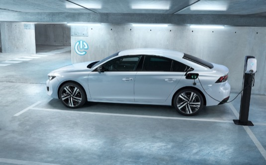 Ve Francii již značka přijímá na nový Peugeot 508 Hybrid a nový 508 SW Hybrid objednávky. V ostatních zemích, na jejichž trhy vozy míří, se budou objednávky přijímat koncem roku.