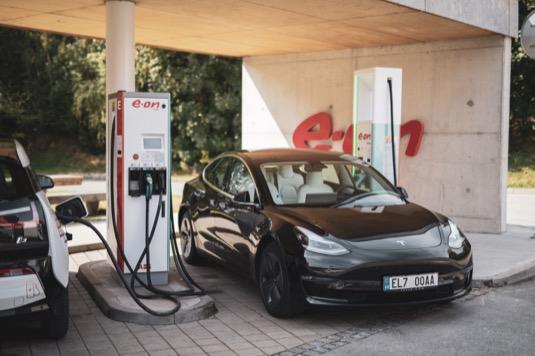 Ultrarychlá dobíjecí stanice ve Vystrkově, jejíž technologii dodala firma ABB, je první ze čtyř podobných stanic, které E.ON v Česku postupně vybuduje. Další ultrarychlé dobíjecí stanice pro elektromobily se objeví podél hlavních dopravních koridorů.