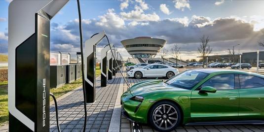 auto elektromobily Porsche Taycan se nabíjení u 350kW nabíjecí stanice v Lipsku