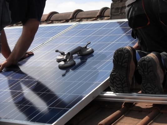 solární panely na střeše instalace fotovoltaické elektrárny