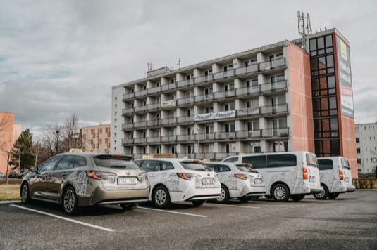 Řidiči taxi i celé taxikářské společnosti čím dál častěji sahají namísto dieselových vozů po hybridních autech. Důvodem jsou nižší provozní náklady i nižší náročnost na údržbu.