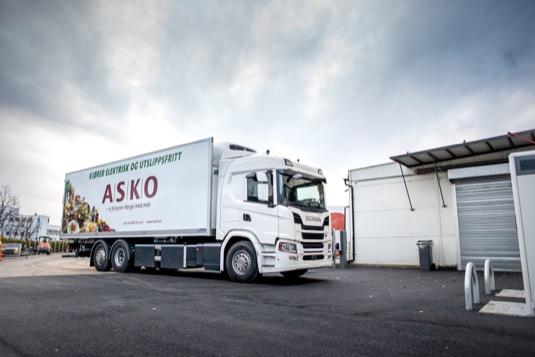 Scania a přední norský velkoobchod potravin ASKO dlouhodobě spolupracují v oblasti dodávek nákladních vozidel. S ohledem na tuto vzájemnou spolupráci obě společnosti společně zkoumají nové technologie elektrifikace.