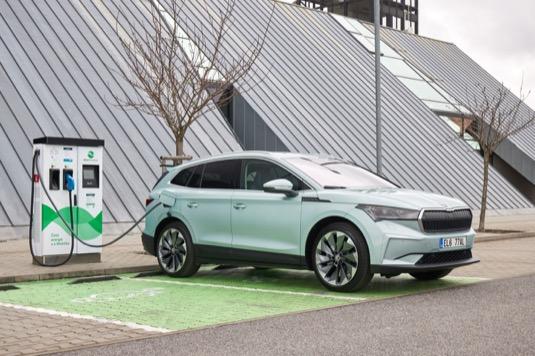 auto elektromobil Škoda Enyaq iV se nabíjí u nabíjecí stanice