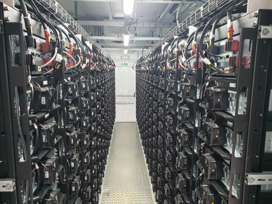 Průměrná česká domácnost by z instalovaných baterií mohla napájet svá elektrická zařízení až 1 rok, elektromobil by na jedno nabití ujel 12 500 km (cca vzdálenost z Plané nad Lužnicí do kambodžského Phnompenu). Bateriové úložiště používá technologii Siemens SIESTORAGE.<br />