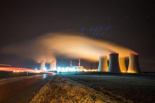 jaderná elektrárna Dukovany v noci