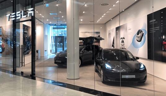 Obchod Tesla Store v Berlíně.
