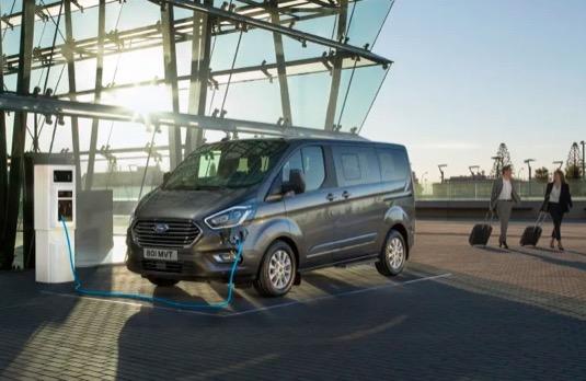 Díky promyšlenému umístění akumulátoru pod podlahou má Transit Custom Plug-in Hybrid užitečné zatížení 1 130 kg a stejný nákladový prostor jako běžné varianty – 6,0 m3