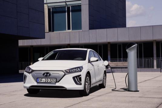 auto elektromobil Hyundai Ioniq Electric u nabíjecí stanice.