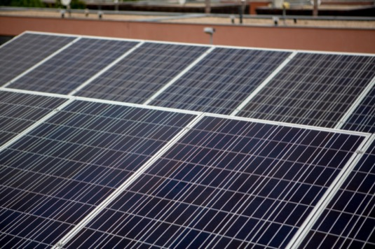 Zhruba třetina fotovoltaik vyrostla Praze a ve Středočeském kraji, cca deset procent pak na severu Moravy, v Ústeckém kraji a na Plzeňsku. Instalace provádí Tenaur, dceřiná společnost ČEZ Prodej.