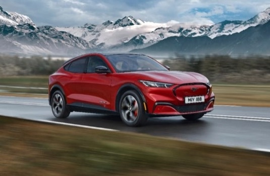 Nový elektromobil Ford Mustang Mach-E samozřejmě podporuje také pokročilé asistenty, jako chytrý tempomat, který umí zastavit a opět se rozjet, předkolizní asistent, udržování v pruhu apod.