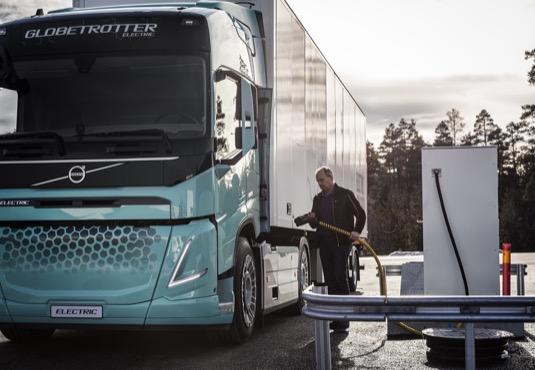 Jak lze snížit dopady nákladní dopravy na životní prostředí a na klima, i když poptávka po přepravě stále roste? Řešením mohou být elektrické kamiony.