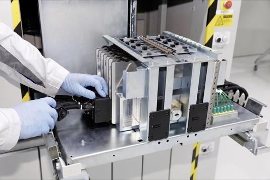 V odborném centru koncernu Volkswagen v Salzgitteru byla spuštěna zkušební linka pro akumulátorové články