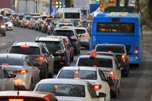 Tento jev studují odborníci – do budoucna hledají možná řešení, jež by podpořila podíl práce z domova a snížila výskyt dopravních zácp.