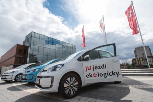 Tři elektromobily Volkswagen e-up! předal zástupcům Jihočeské univerzity českobudějovický prodejce CB Auto. Na pořízení elektromobilů s nulovými emisemi byla využita dotace z Národního programu Životní prostředí.