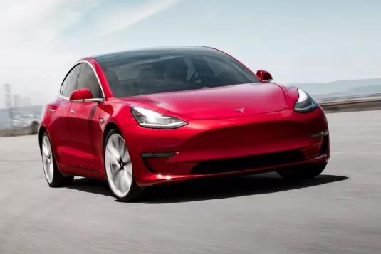 auto elektromobily Tesla Model 3 zpoplatnění konektvity