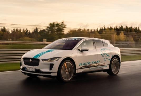 Značka Jaguar spustila na legendární Severní smyčce okruhu Nürburgring službu eTaxi.