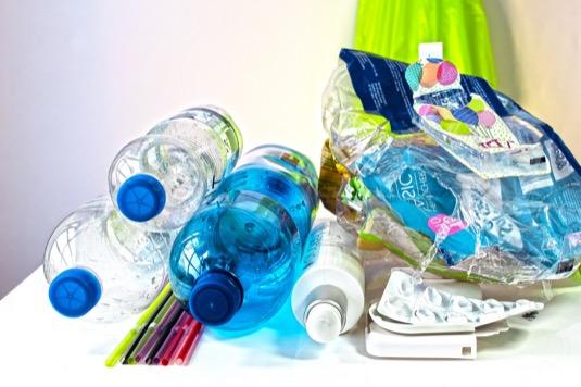 Plastový odpad je v současnosti globálním problémem. Od roku 1950 vzrostla světová produkce plastů více než 200tisíckrát. Rozvinuté ekonomiky jsou schopny v současné době recyklovat jen kolem 30 % plastového odpadu. Hledáním jeho energetického využití se zabývá řada společností po celém světě.
