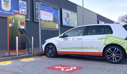 V loňském roce v Česku výrazně přibylo elektromobilů a ruku v ruce s tím také dobíjecích stanic, kterých bylo ke konci roku evidováno již 734
